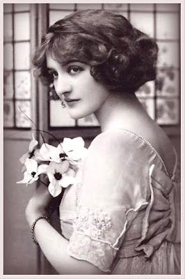 dama victoriana en blanco y negro