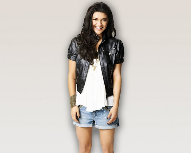 Jessica Szohr  Lovely in Short Jeans