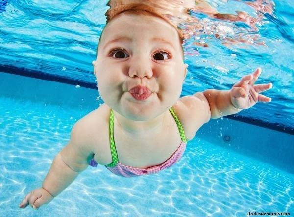 Bébé drôle dans la mer