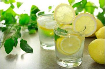 sıcak limon suyunun faydaları