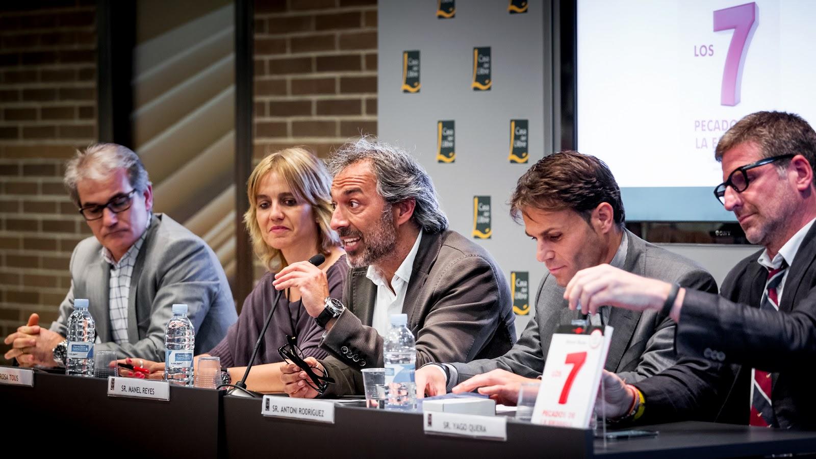 Buenas compañías: Francisco Mohedano (MRW), Rosa Tous (TOUS), Antoni Rodríguez (LOUIS VUITTON) y Yago Quera (WOLVERINE) :: Canon EOS 5D MkIII | ISO1600 | Canon 70-200 @135mm | f/4.0 | 1/50s