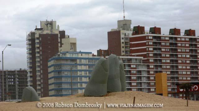 escultura mão em punta del este
