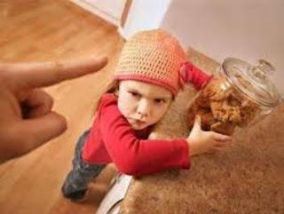 لا تشتري طاعة طفلك بـالرشوة - طفل طماع سارق حرامى يسرق - kid child steal