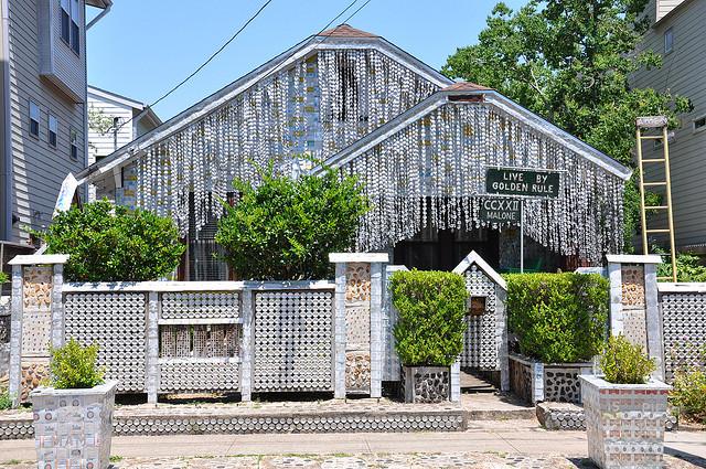 Casa construída com latinhas de cerveja e outros objetos reciclados