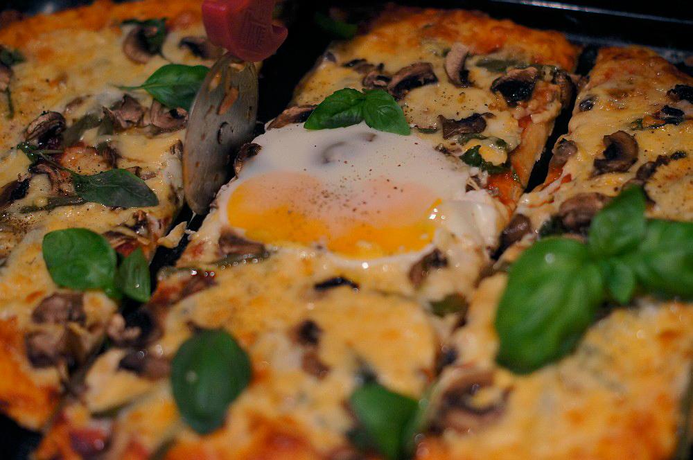 пицца с яйцом грибами фасолью и баклажанами