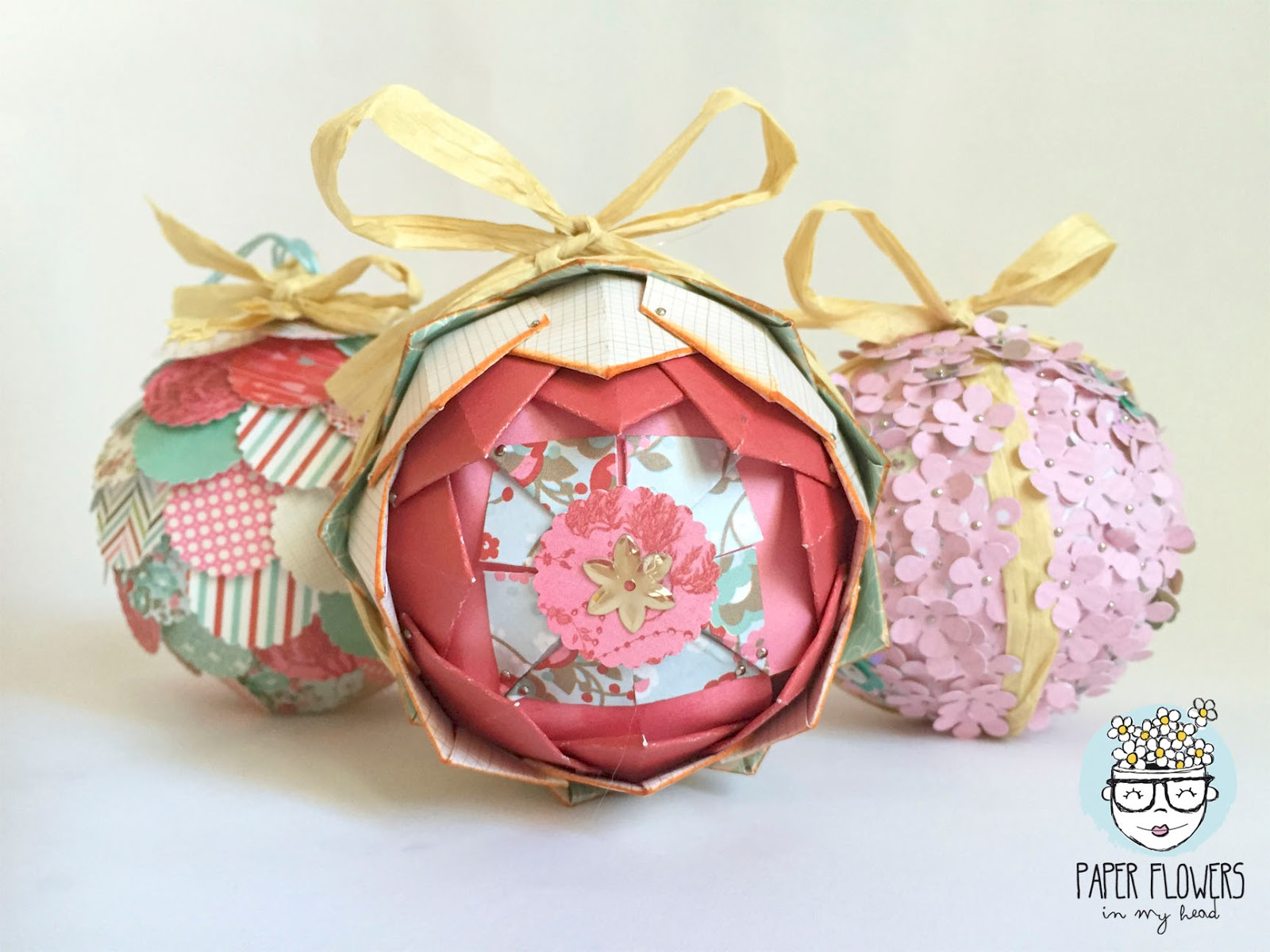 3 ideas para decorar bolas de navidad con papel de scrapbooking i paper flowers in my head - Pequeocio navidad ...