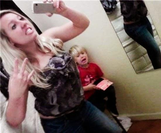 Foto Selfie Terburuk Ibu Didepan Anaknya