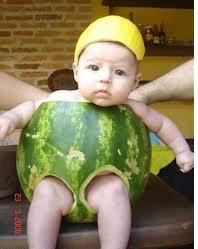 صورة جميلة جدا مضحكة لطفل صغير وسط دلاعة