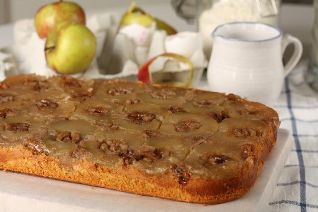 Okrenuti biskvit sa jabukama i orasima