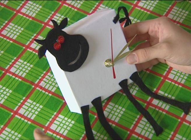 Как сделать часы из коробки видео