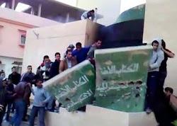 الثورة علي العقيد وتحطيم نصب الكتاب الأخضر