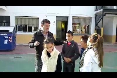 El Terre explica a los alumnos aspectos del uso del bastón