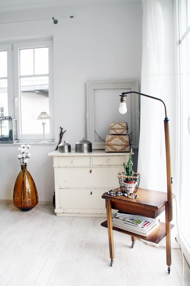 Stilmix alt neu, retro, marokkanische Wohnaccessoires, alter Stehlampentisch, Erbstück