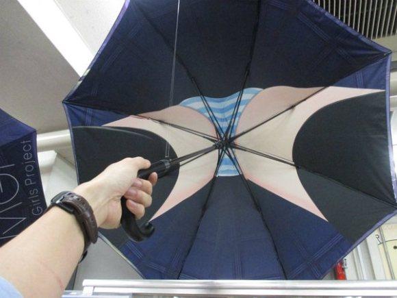 Payung unik, ketika dibuka seakan mengintip celana dalam wanita
