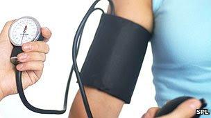 Pressão arterial deve ser medida em ambos os braços
