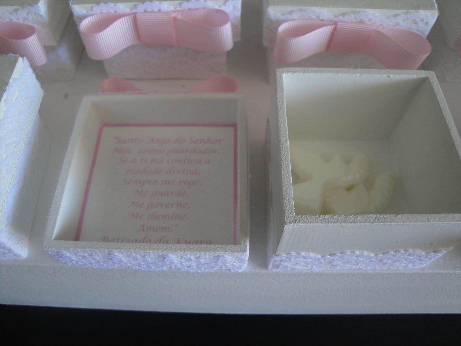 Dentro da caixinha tem sabonetes em formato de pombinhas. E no verso  #495B82 1600x1200