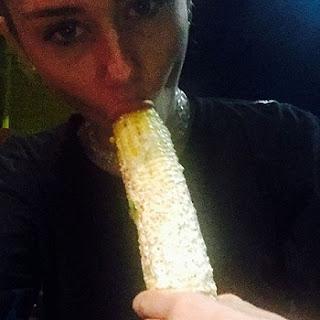 Miley Cyrus polemizou mais uma vez. Na madrugada desta quinta-feira, 23, a cantora postou uma foto polêmica em que aparece chupando um milho. Miley aparece com o cereal na boca em selfie postada em seu perfil no Instagram. A imagem arrancou risadas de seus seguidores na rede social