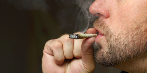 A tristeza pode ser um fator que leva as pessoas a fumar maconha.