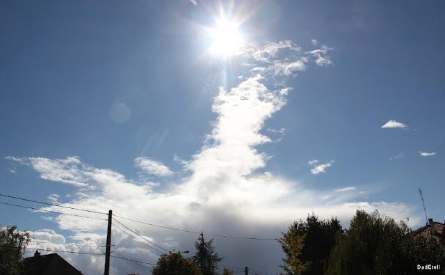 Un nuage veut toucher le soleil