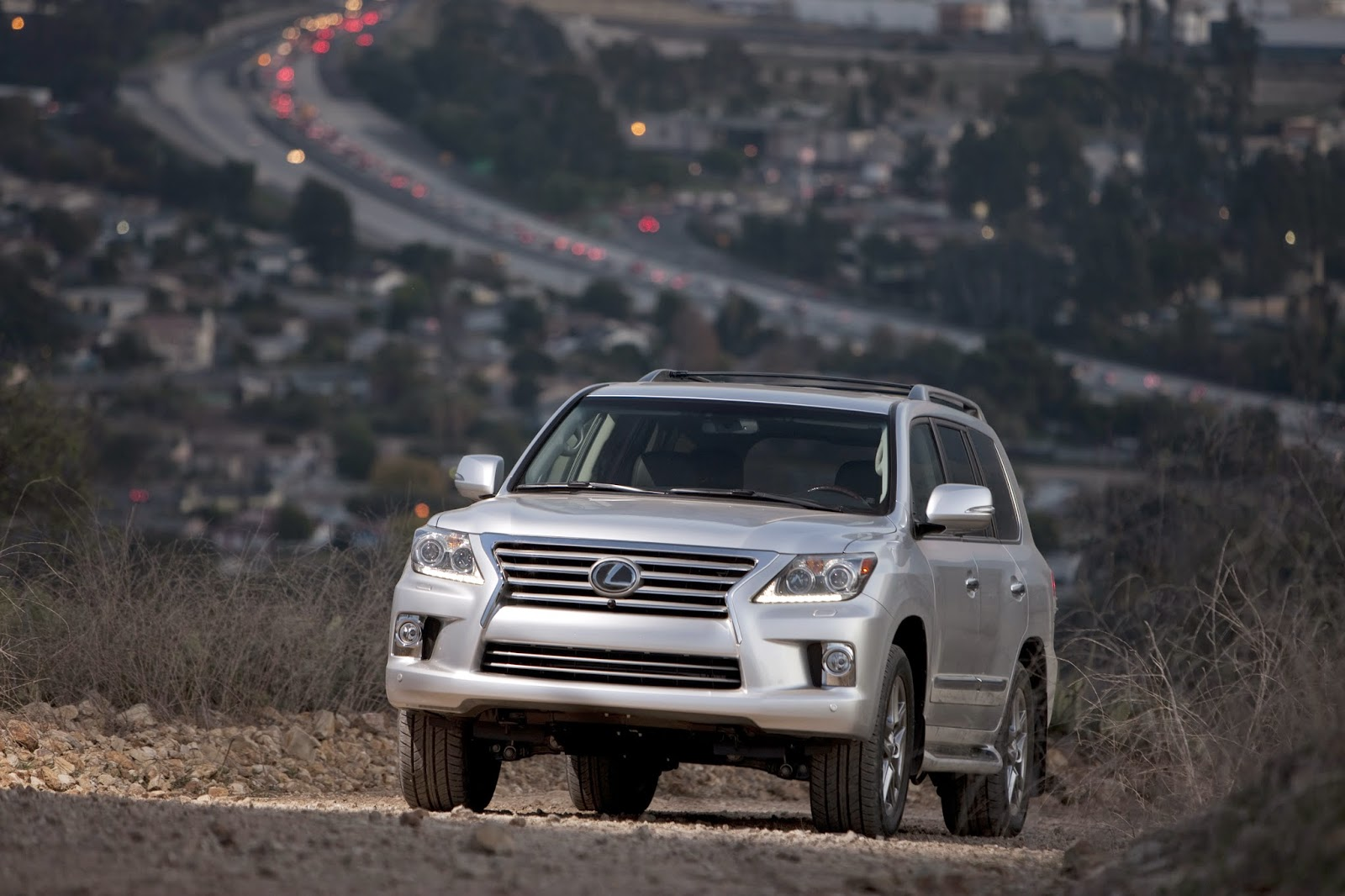 Front 3/4 view of the 2014 Lexus LX 570