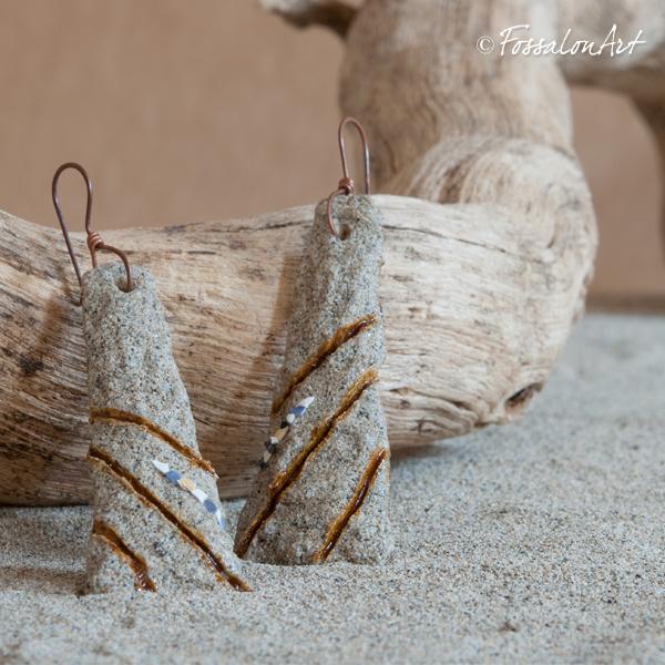 Orecchini in corda e sabbia, decorati con frammenti di conchiglie