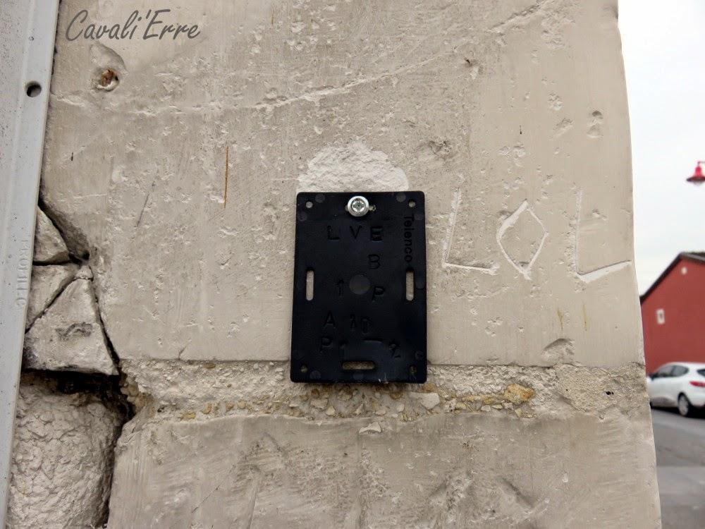 LOL gravé sur un mur de craie