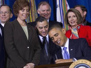 Obama assina a lei que permite lésbicas e gays assumidos servirem às Forças Armadas: o fim do chamado 'don't ask, don't tell' (não pergunte, não conte)