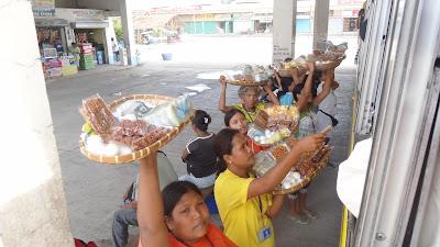 Уличные разносчики на автостанции - Себу