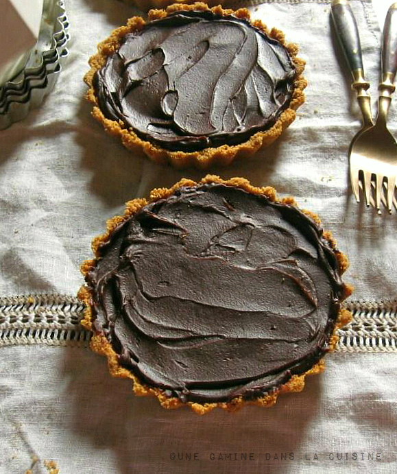 Dark Chocolate & Walnut Caramel Tartlets | une gamine dans la cuisine
