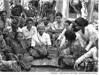 Seorang tetua Timor dari suku Nabuasa, Nusa Tenggara, tinggal menceritakan kembali asal-usul sukunya (Tradisi lisan).
