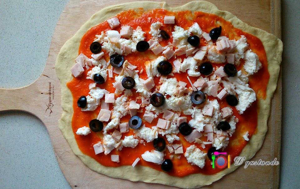 Tomate, mozzarella, jamón cocido y aceitunas negras