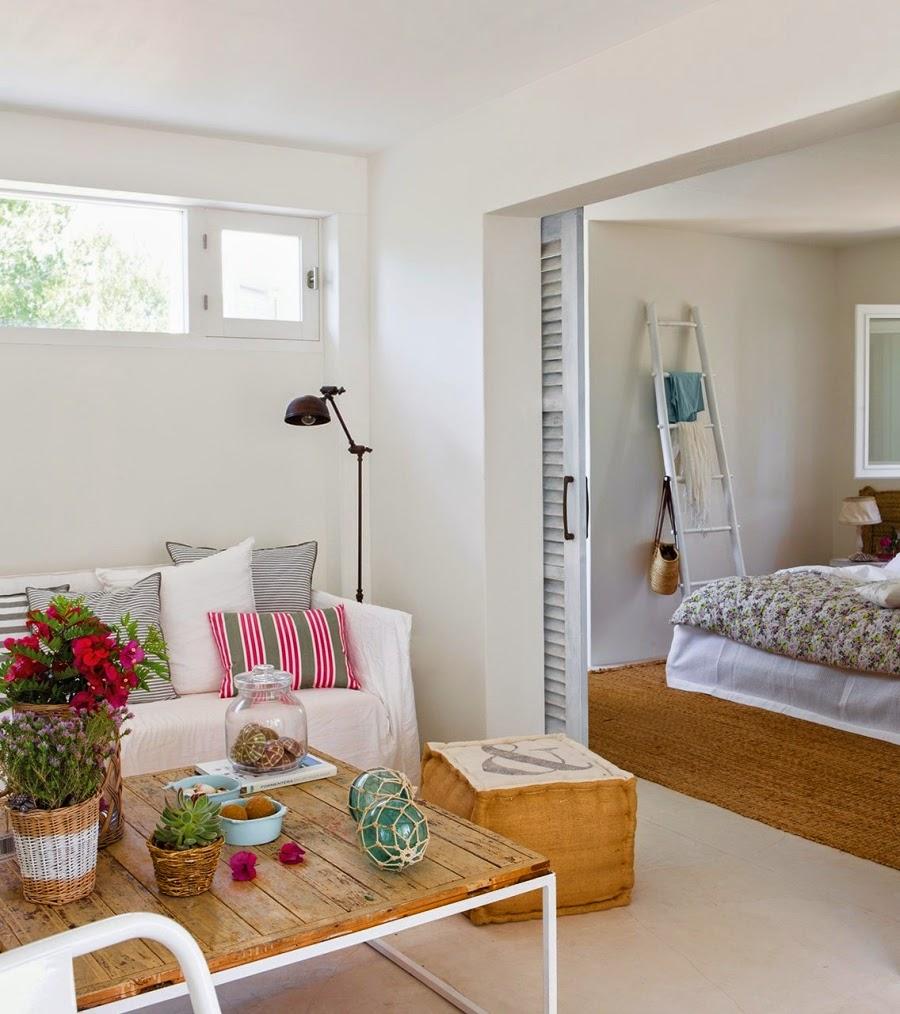 wystrój wnętrz, home decor, wnętrza, aranżacje, białe wnętrza, domek wakacyjny, styl skandynawski, salon, kanapa, lampa