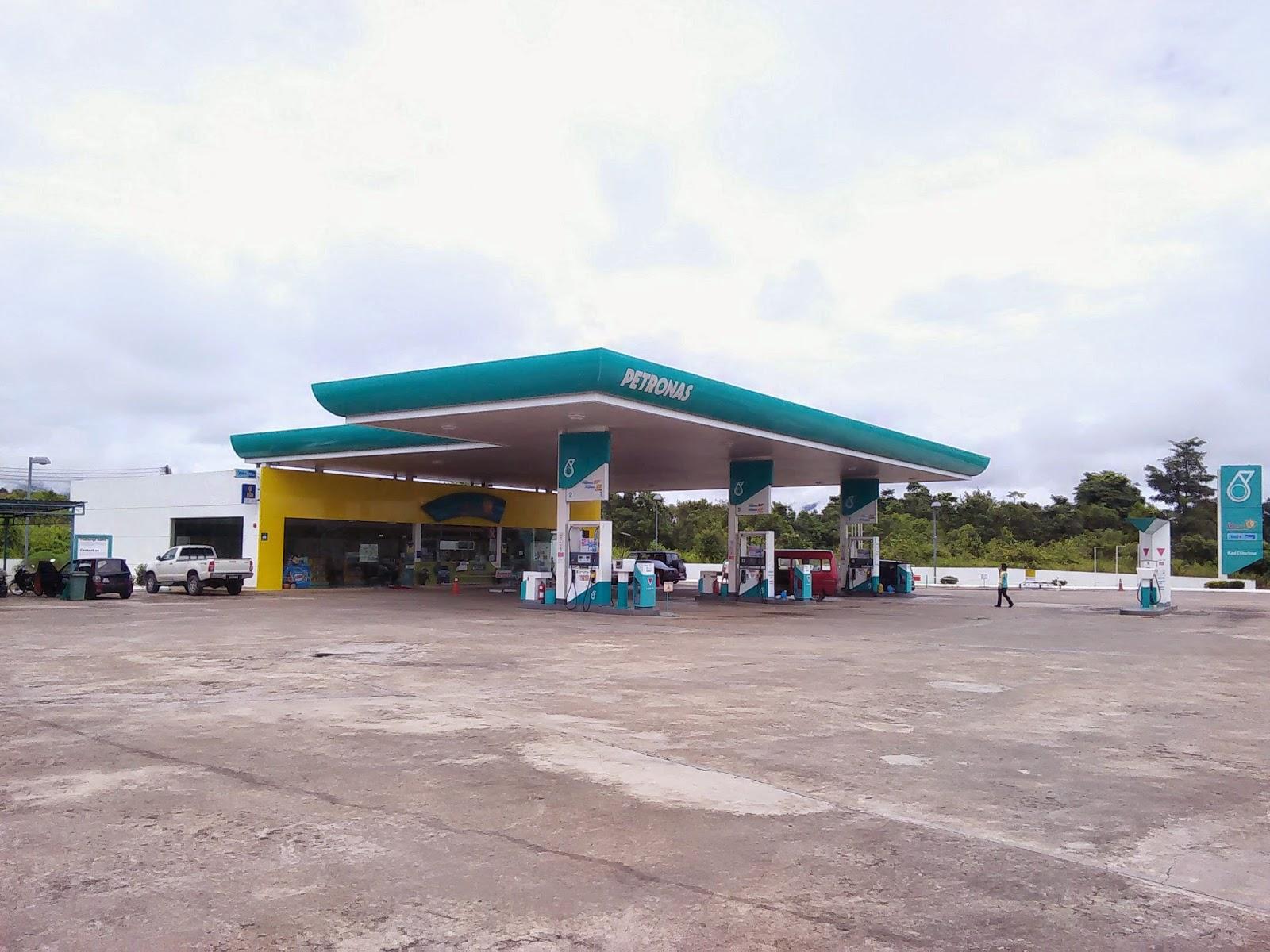 Stesyen Petronas Tebedu, iaitu stesyen minyak yang terakhir di bahagian Malaysia