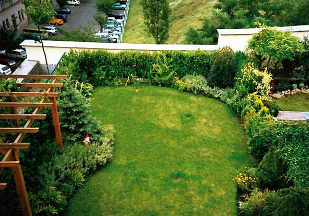 Modern house garden designs home decorating ideas for Modern house garden