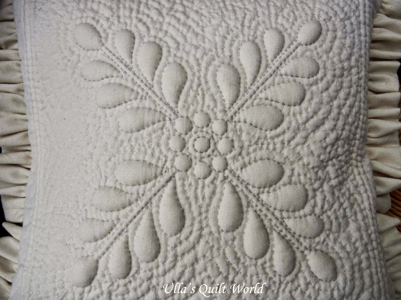 biala ozdobna poduszka pikowana