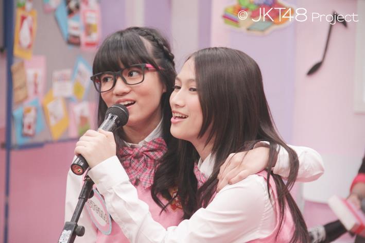 Stella cornelia dan Melody JKT48 bernyanyi
