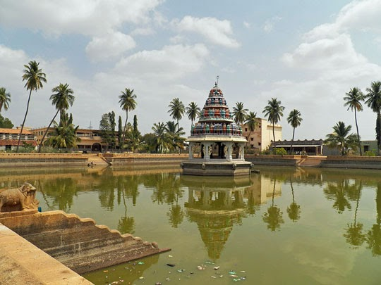 Temple Karaikudi The Temple Tank at Karaikudi