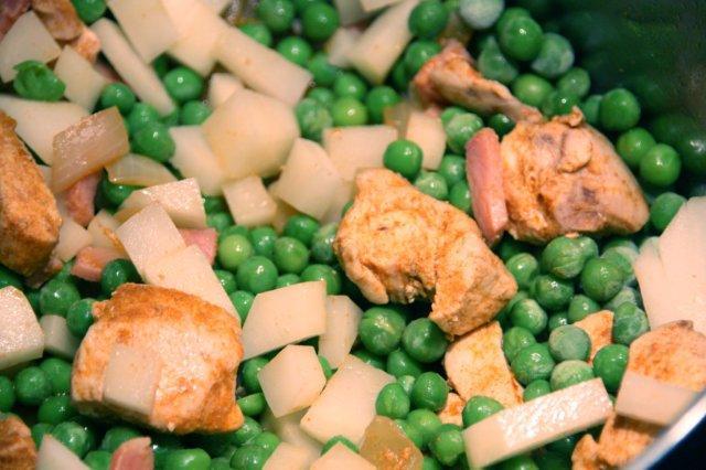 Guisantes salteados con jamón y pollo