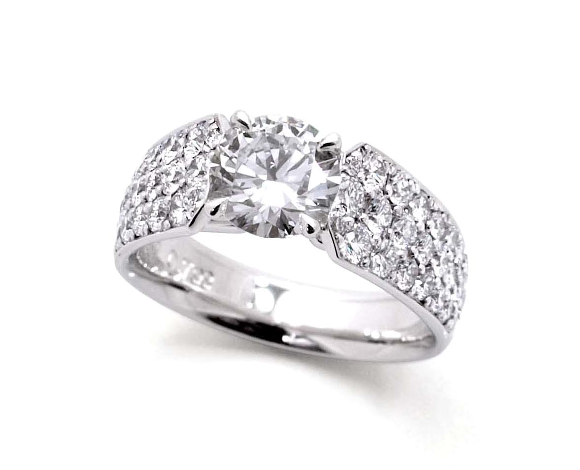 センターには大切な石を配し腕にはたっぷりのメレダイヤモンドで華を添える。