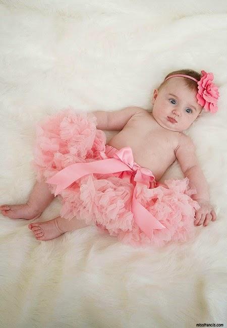Image bébé fille mignon en rose