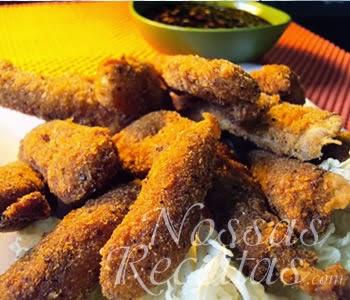 receita de iscas de peixe empanado acompanhado com molho de soja.