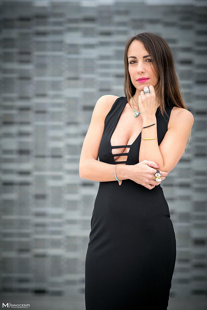 abito nero gioielli colorati