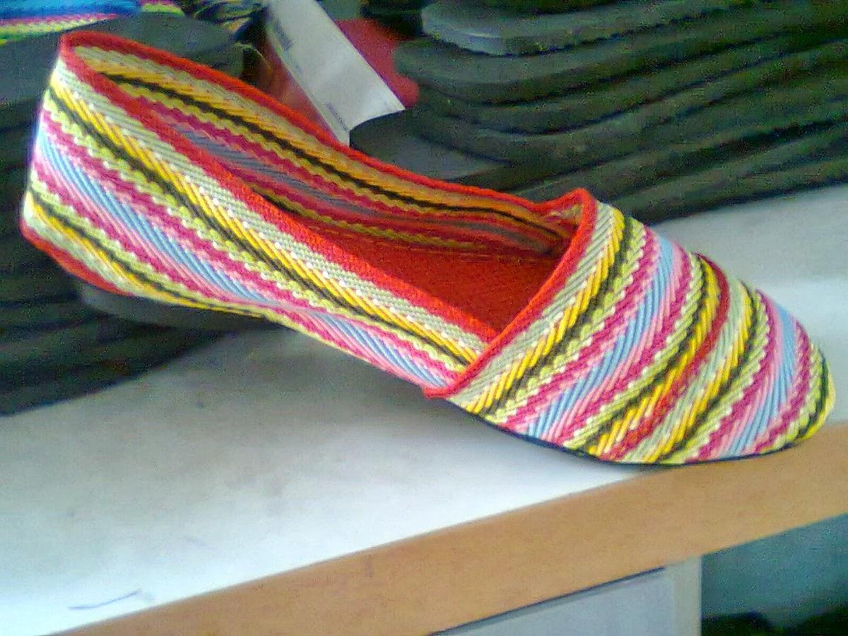 Alpargatas con cintas de color, o no hay zapatos nuevos, o sobra presunción.