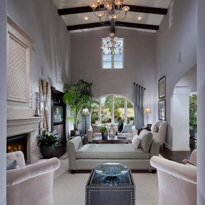 Sala con techo a doble altura y color gris