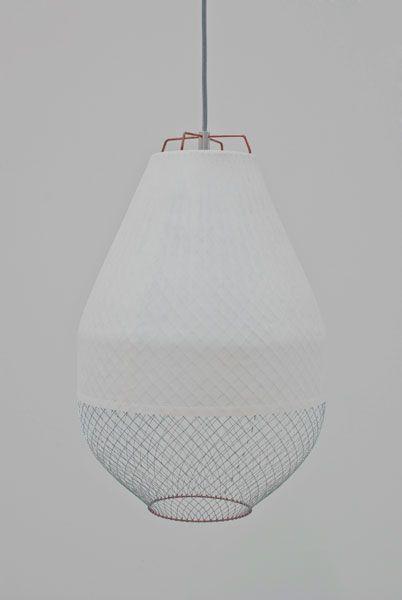 loftslampe i tyndt net der skaber et blødt og dog stramt udtryk