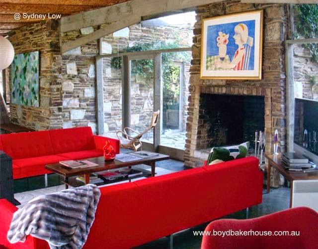 Sala de estar con chimenea en Boyd Baker House
