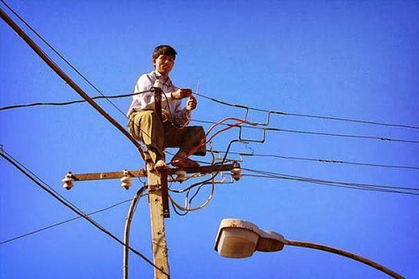 hombre encima de alambres electrico
