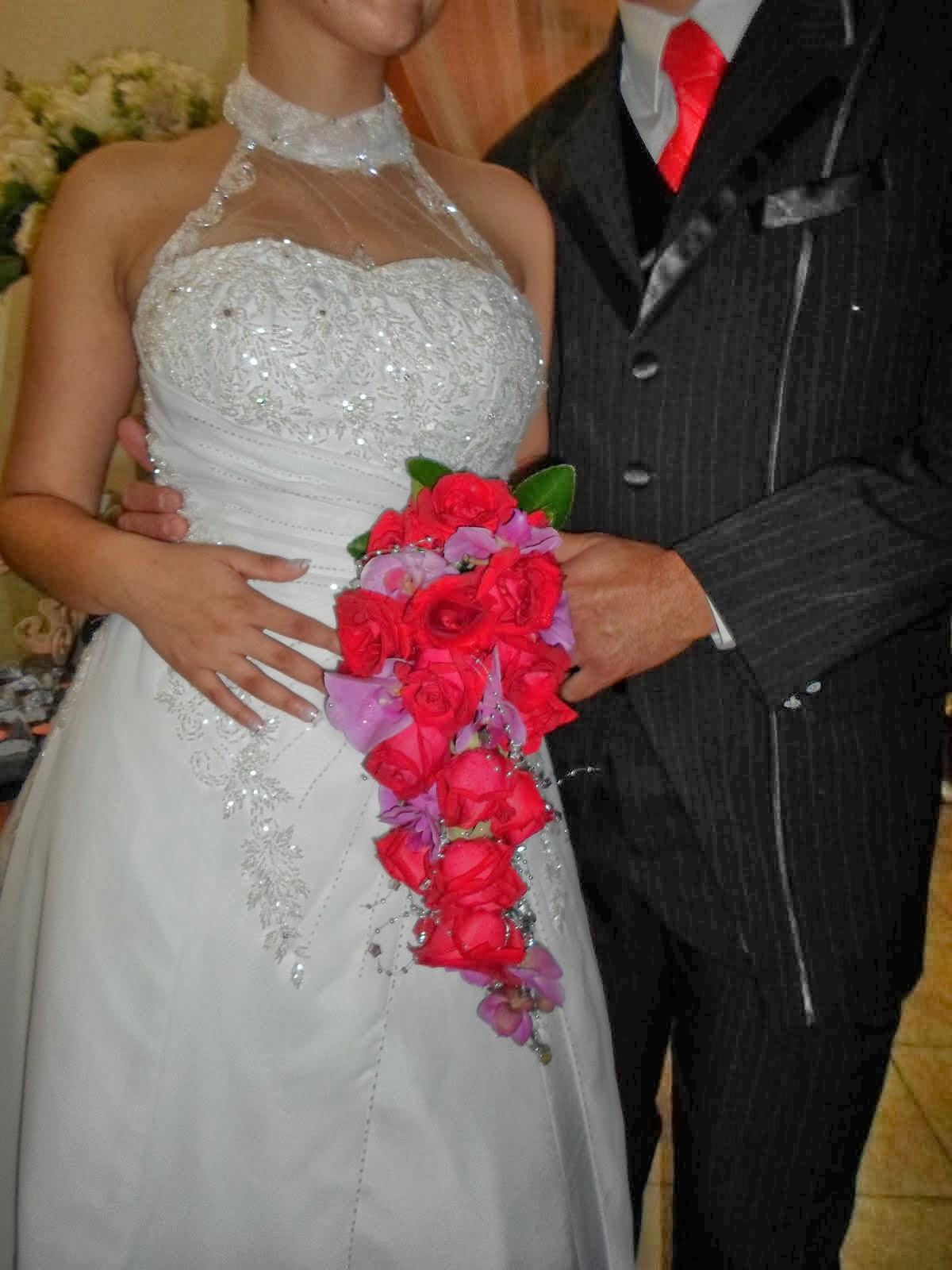 Bouquet cascata de rosas vermelhas e orquídeas lilas