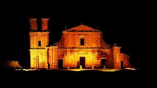 """Ruínas de São Miguel Arcanjo iluminadas durante o espetáculo noturno """"Som e Luz"""" - São Miguel das Missões."""