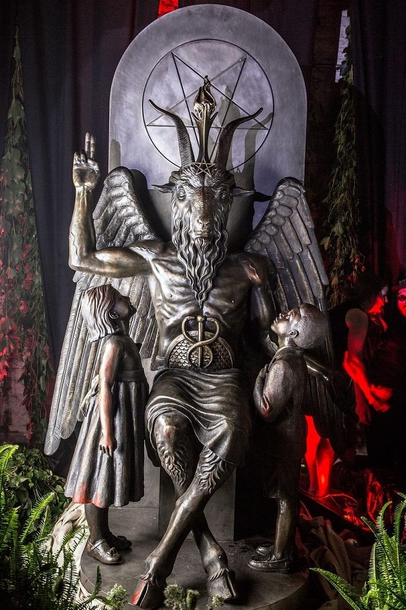 Arte? o intentan que adoremos al innombrable?  - Página 2 Entramos-en-la-inauguracion-de-la-estatua-del-demonio-en-el-templo-satanico-de-detroit-666-body-image-1438070717